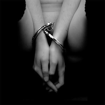 Девушка с повязкой на глазах и в наручниках фото