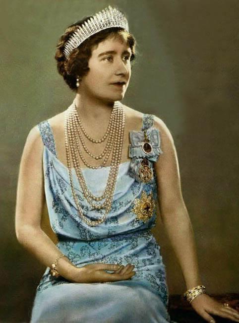 queen elizabeth wedding tiara. Queen Elizabeth later loaned