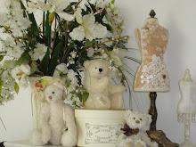 Dans  ma chambre il y a des ours,des anges ,des bustes,et Moi