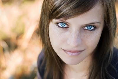Portraitfotografie - Frau mit dunklen Haaren und blauen Augen
