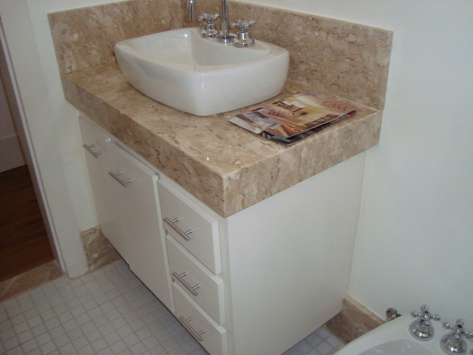 Bancada de banheiro em mármore travertino com acabamento 45° de 0  #3B2820 1600x1200 Bancada De Banheiro Em Granito Branco