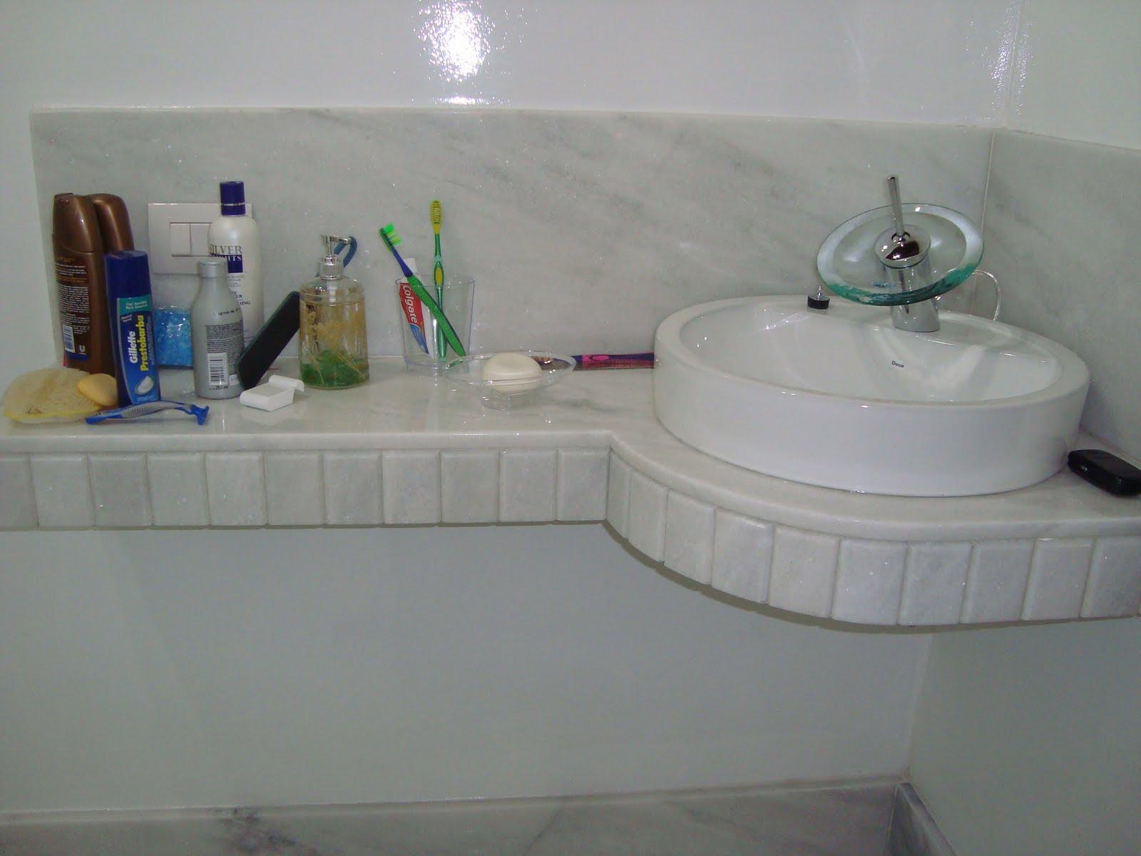 Bancada em mármore branco acabamento filetado. #304467 1600x1200 Acabamento Em Banheiro