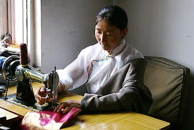 kekexili-chuba-seamstress