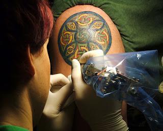 Tatuagem porto alegre figura celta no braço