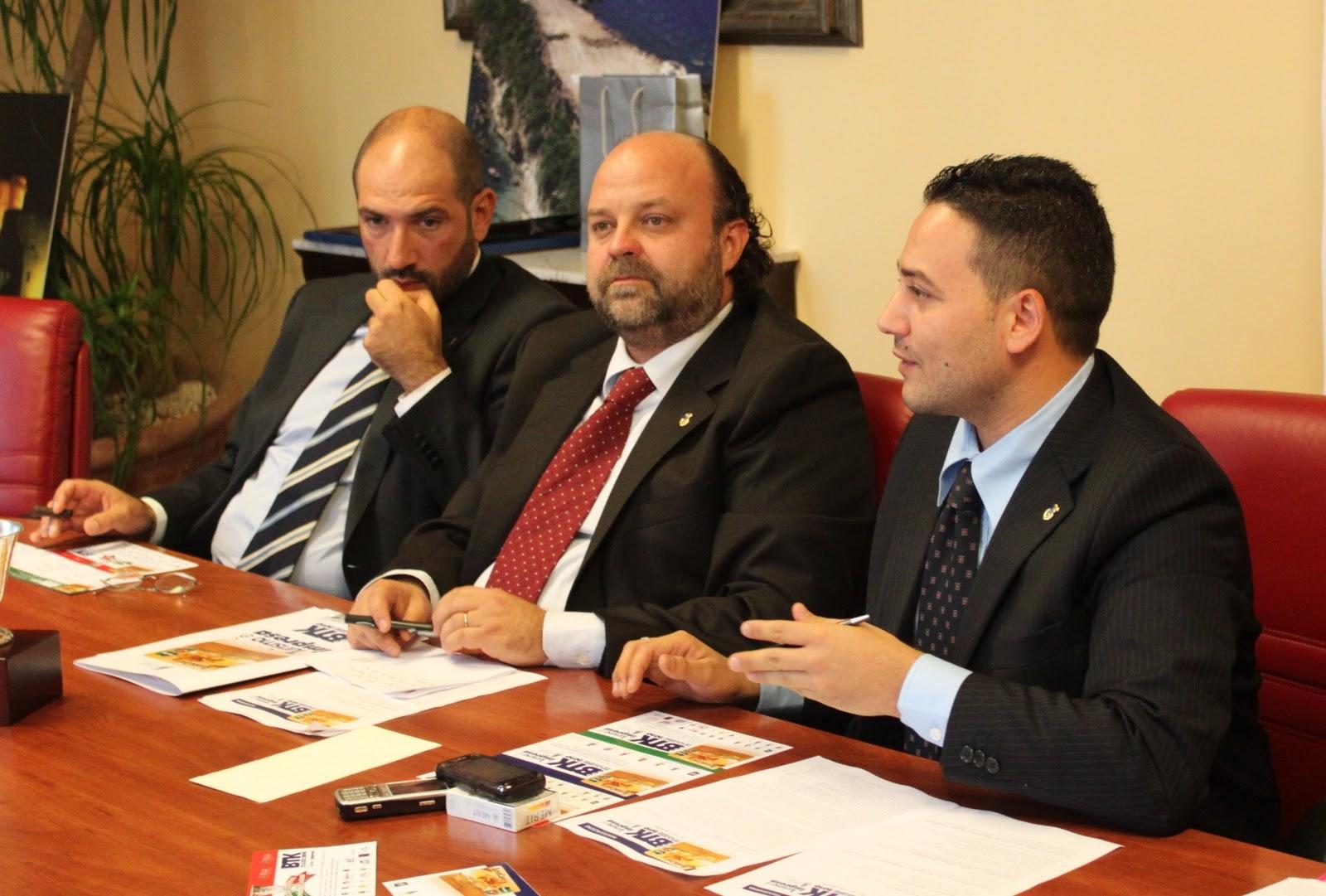A dx Gianluca Bruno, ex vice presidente della Provincia di Crotone con il suo ex collega Gianluca Marino (indagato per voto di scambio) e, al centro, il presidente della Provincia di Crotone, Stano Zurlo. Foto dalla rete
