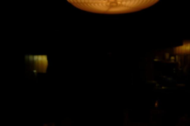 Treffen in dunkler Nische