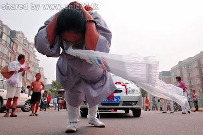 http://1.bp.blogspot.com/_EHi0bg7zYcQ/TJSPqDxa6gI/AAAAAAAAD1U/4L19P_CSB38/s1600/woman_pulls_six_cars_05.jpg