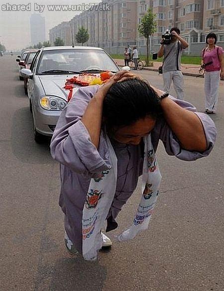 http://1.bp.blogspot.com/_EHi0bg7zYcQ/TJSZ8KJ-HCI/AAAAAAAAD10/LREMp0DVYoY/s1600/woman_pulls_six_cars_01.jpg