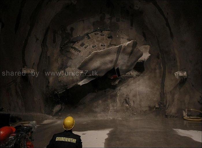 http://1.bp.blogspot.com/_EHi0bg7zYcQ/TL6CaFEkNyI/AAAAAAAAO5w/SCsrTA5ETuI/s1600/the_longest_tunnel_in_the_world_10.jpg