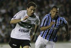 Grêmio vence a quarta partida fora de casa e volta a ser líder do Brasileirão