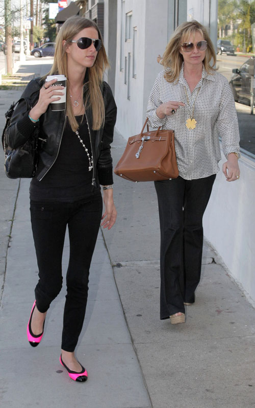 [44NickyHilton.OutShoppingWithHerMom25.03.08(celebrity-gossip.net)]