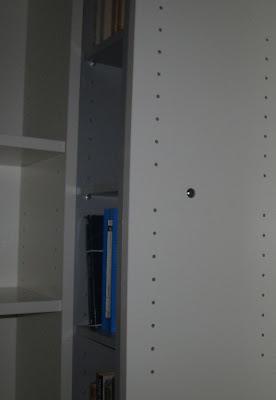 para unir la torre con el otro billy y las otras libreras entre s puse dos tornillos en cada unin como luego van ancladas a la pared el conjunto queda