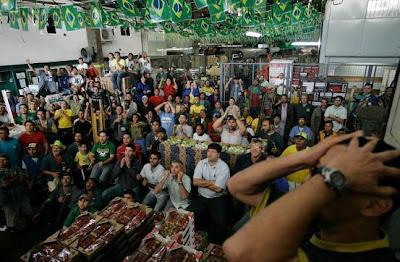 hinchas-brasilenos-television-futbol-brasil-holanda-mundial-sudafrica.jpg