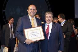 Recogiendo el premio de broker del año 2007 de la mano de Javier Sierra Presidende de RE/MAX España