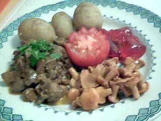Köttgryta med kokt färskpotatis, vinbärsgelé & syltade småkantareller