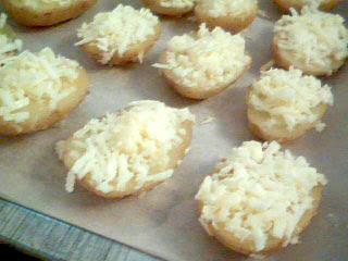 Potatishalvor färdiga för gratinering