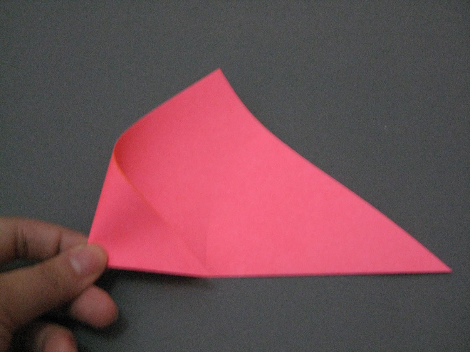 Selanjutnya, beri tanda dengan cara melipat ujung kanan kertas ke