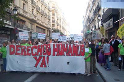 cabecera de la marcha con le lema derechos humanos¡Ya!