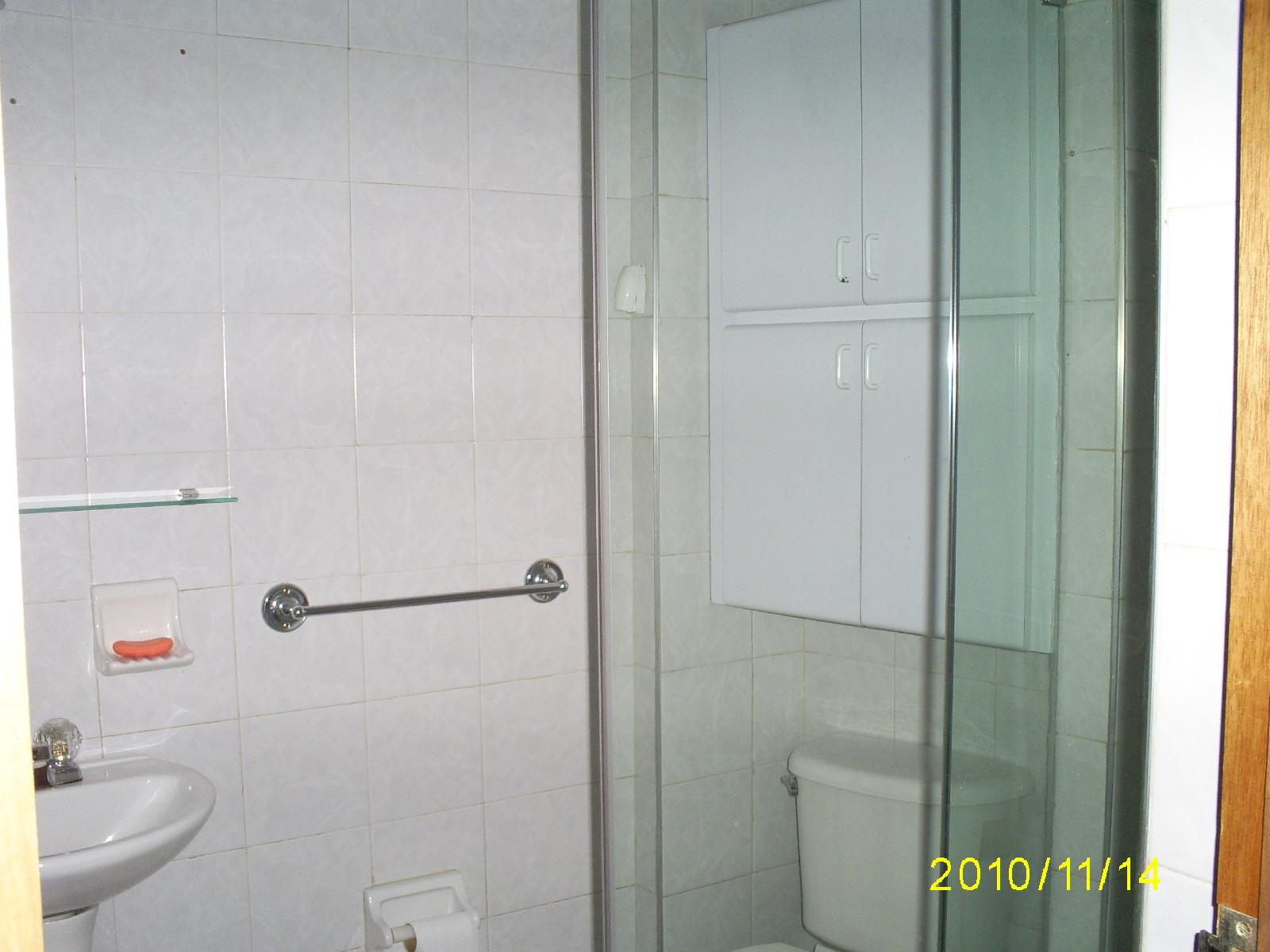 Cortinas De Baño En Vidrio Templado:INMOBILIARIA CB: Baños con gabinetes y división vidrio templado