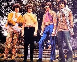 En 1970, fue una década muy diversa, aquí se produjo un furor hacia lo RETRO. Las flores fueron el principal símbolo no solo en la ropa sino que también el