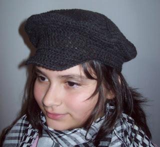 Hice esta gorra de la misma forma que hice las boinas anteriores pero con  el detalle de una visera. Realizada con cashmilon fino gris oscuro. 864f358d14e