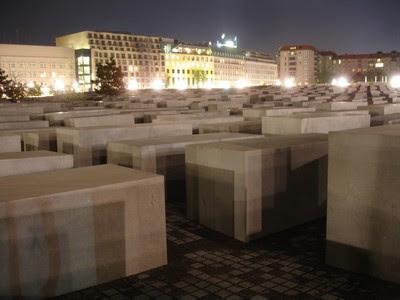 Vista nocturna del Monumento al Holocausto