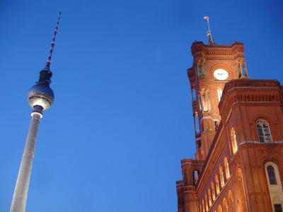 Fernsehturm (Torre de Televisión) y el Ayuntamiento Rojo