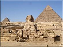 La Esfinge flanqueada pos las pirámides de Kefrén y Micerinos
