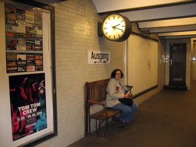 Esperando en una antigua estación de metro berlinesa