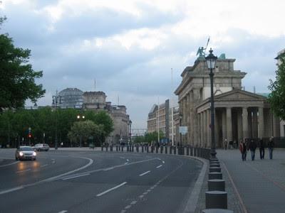 Acercandonos a la Pta. de Branderburgo, al fondo el Bundestag