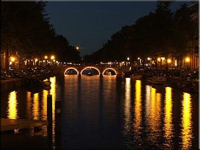Luces reflejadas en el canal