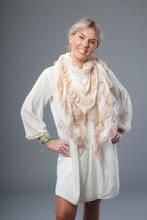 Vit/cremefärgad sjal med gamelrosa volang/brodyr