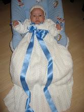 Dåpskjolen jeg har strikka, med blå sløyfer