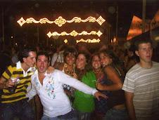 Manu y sus amigos la noche anterior a su muerte.