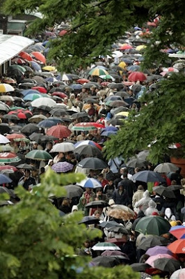 Spectators crowd the Roland Garros stadium as poor weather has been delaying play at the French Open tennis tournament, in Paris, Monday, May 28, 2007 -  (AP Photo/David Vincent)