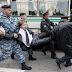 Ρώσοι αστυνομικοί διέλυσαν συγκέντρωση ομοφυλοφίλων στη Μόσχα