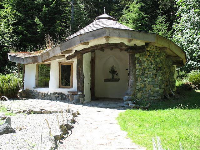 Habitação construída com COB e pedras.