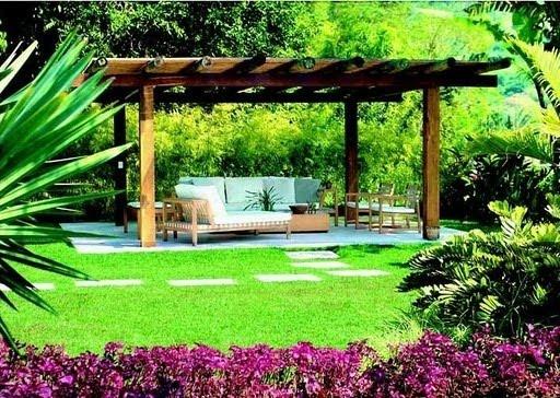 gazebo jardim madeira:Em meio ao jardim, coberto, feito sala de estar, para receber