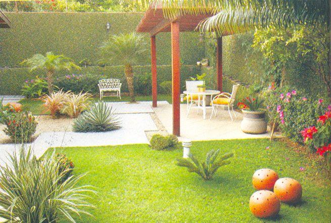 gazebo jardim madeira:No fundo do jardim, um pequeno gazebo para bater-papo,