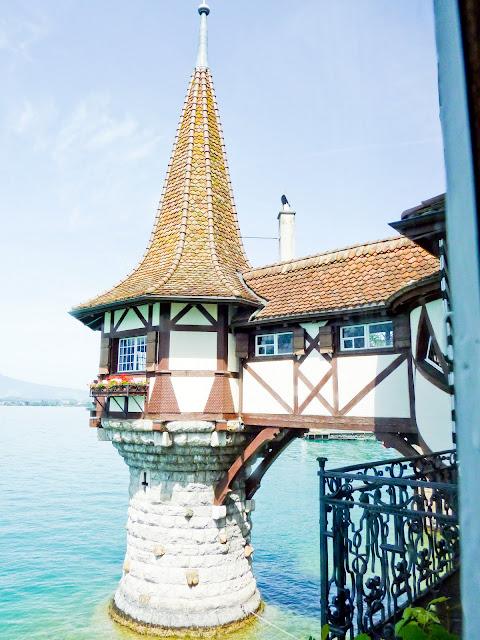 Torreon sobre el lago del castillo de Oberhofen en Suiza