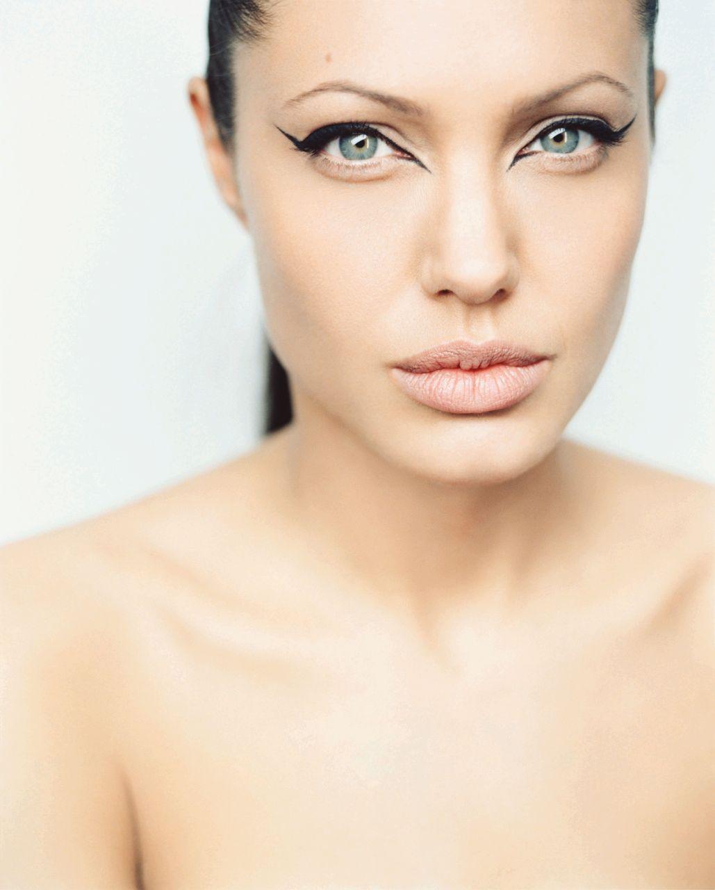 http://1.bp.blogspot.com/_FEkxtl1-FKs/THN6XRlmc2I/AAAAAAAAAMI/DlikyERO8aE/s1600/Angelina+Jolie+photographed+by+Lorenzo+Agius_2.jpg