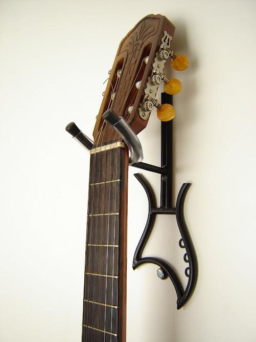 Suporte especial com desenho de guitarra.