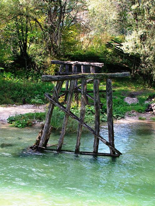 med potjo smo srečali še ostanke starega mostu