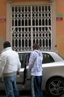 Emergència amb reixa i cotxe a cal PSOE.