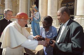 Il Santo Padre Benedetto XVI incontra due fedeli dal Mozambico nel corso dell'udienza generale in piazza san Pietro a Roma il 7 ottobre 2009