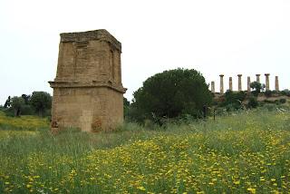 Bild 7: Grabmal des Theron mit  Heraklestempel im Hintergrund