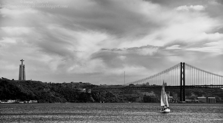 Remontando el vuelo rio tajo en lisboa blanco y negro - Blanco y negro ...