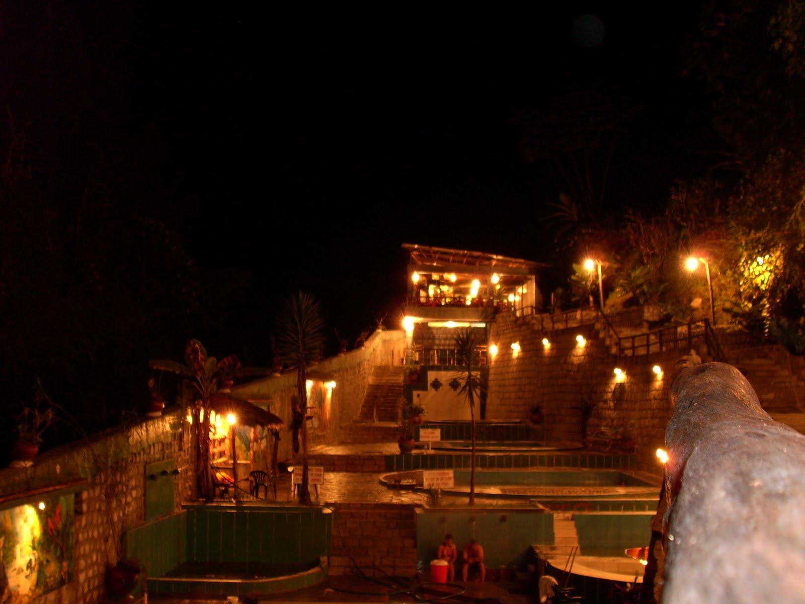 Vista nocturna de los Baños Termales en Aguas Calientes