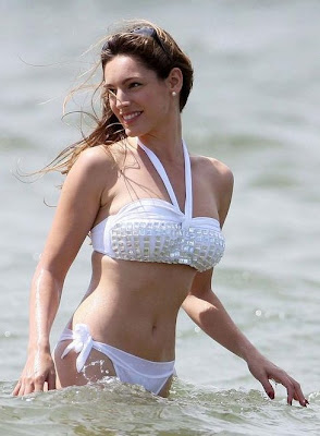 kelly brook bikini in beach picture