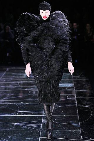[1+Alexander+McQueen+Fall+2009+Magdalena+Frackowiak.jpg]
